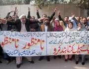 لاہور: پاکستان بیت المال کے ملازمین اپنے مطالبات کے حق میں احتجاج کر ..