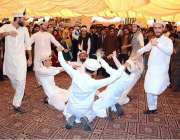 فیصل آباد:نیشنل ٹیکسٹائل یونیورسٹی کے طالبعلم روایتی رکس پیش کررہے ..