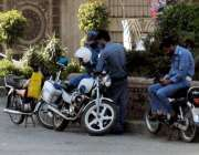 راولپنڈی: مریڑ چوک میں بے ہنگم ٹریفک کی پروا کئے بغیر پولیس اہلکار موبائل ..