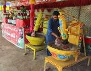 ملتان: دکاندا فروخت کے لیے مشروب تیار کر رہا ہے۔