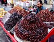 لاہور: ریڑھی بان کھجوریں فروخت کے لیے گاہکوں کا منتظر ہے۔