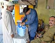 راولپنڈی: احاطہ کچہری کے داخلی گیٹ میں پولیس اہلکار کچہری میں آنے والوں ..