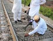 حیدر آباد: بم ڈسپوزل سکواڈ کے اہلکار ریلوے ٹریک پر بم بلاسٹ کے بعد شواہد ..