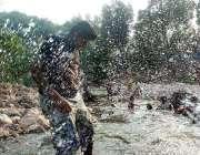 اسلام آباد: ایک فیملی ٹھنڈے پانی سے لطف اندوز ہو رہی ہے۔