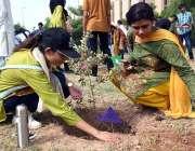 اسلام آباد:NUSTیونیورسٹی کے سٹوڈنٹس ملک میں جاری شجر کاری مہم کے دوران ..