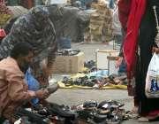 فیصل آباد: خواتین جھنگ بازار میں لگے سٹال سے جوتی خرید رہی ہیں۔