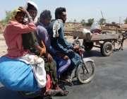 فیصل آباد: ٹریفک پولیس کی نا اہلی، موٹر سائیکل پر چار افراد سوار ہو ..