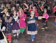 لاہور: مقامی سکول میں سالانہ تقریب تقسیم انعامات کے موقع پر طلبات ٹیبلو ..