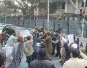 لاہور: مسلم لیگ (ن) کے کارکن احتساب عدالت میں پیشی کے موقع پر خواجہ سعد ..