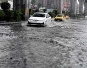 راولپنڈی: بدھ کی صبح ہونے والی بارش کے دوران مری روڈ سے بارش کے جمع پانی ..
