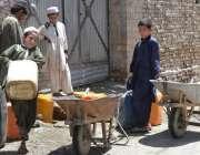 کوئٹہ: صوبائی رارالحکومت میں بچے پینے کا پانے بھرنے کے بعد گیلن ریڑھی ..