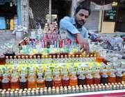 حیدر آباد: ریڑھی بان فروخت کے لیے مختلف اقسام کے مشروبات سجا رہا ہے۔