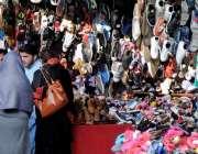راولپنڈی: خواتین ایک دکان سے جوتوں کی خریداری میں مصروف ہیں۔