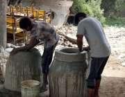 فیصل آباد: کمہار روایتی انداز سے تندور بنا رہے ہیں۔