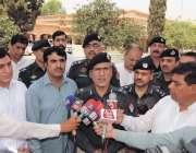 پشاور: آئی جی پی محمد طاہر واک کے احتتام پر میڈیا سے گفتگو کر رہے ہیں۔