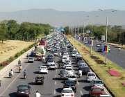 اسلام آباد: وفاقی دارالحکومت میں دن کے اوقات میں ٹریفک جام کا منظر۔
