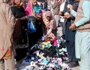 اسلام آباد: شہری سڑک کنارے لگے سٹال سے گرم کپڑے خرید رہے ہیں۔