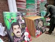 فیصل آباد: مزدو پرنٹنگ پریس میں مختلف سیاسی جماعت کے تصویر والے پوسٹر ..