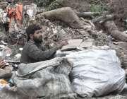 اسلام آباد: خانہ بدوش شخص کچرے کے ڈھیر سے کار آمد اشیاء تلاش کر رہا ہے۔