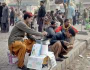 لاہور: ایک رنگ ساز بھاٹی چوک میں رزق کی تلاش میں فٹ پاتھ پر بیٹھا ہے۔
