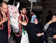 راولپنڈی: عاشورہ کے مرکزی جلوس میں خواتین ذوالجناح کی زیارت کر رہی ..