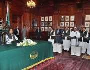لاہور: گورنر پنجاب چوہدری محمد سرور نو منتخب صوبائی کابینہ کے سے ان ..