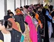 راولپنڈی: عام انتخابات 2018  کے موقع پر خواتین ووٹ کاسٹ کرنے کے لیے قطار ..