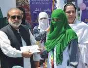 پشاور: کمشنر ڈیرہ اسماعیل خان غفور بیگ انڈر23گیمز کی فاتح کھلاڑی کو ..