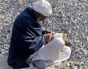 راولپنڈی: ایک معمر شہری دھوپ میں بیٹھا ہے