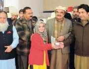پشاور:ڈائریکٹر جنرل سپورٹس جنید خان شہید اسامہ طاہر کی بہن کو ٹورنامنٹ ..
