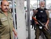 راولپنڈی: احاطہ کچہری کے داخلی گیٹ پر پولیس اہلکار الرٹ کھڑے ہیں۔