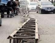 اسلام آباد: کھنہ پل روڈ کے عین وسط بجلی کے کھنبوں نے روڈ کو دو حصو ں میں ..