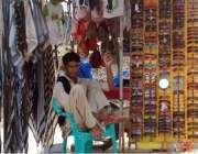 فیصل آباد: نوجوان سڑک کنارے دھوپ سے بچنے کے لیے عینکیں اور رومال فروخت ..