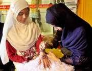 سرگودھا: عید کی تیاریوں میں مصروف خواتین مقامی بیوٹی پارلر سے مہندی ..