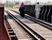 راولپنڈی: مریض چوک ریلوے ٹریک سے خواتان خطرناک انداز سے گزر رہی ہیں ..