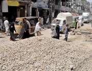 راولپنڈی: جامع مسجد روڈ پر تعمیراتی مواد کے باعث شہریوں کو گزرنے میں ..