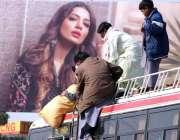حیدر آباد: مسافر بس کی چھت سے سامان اتار رہا ہے۔