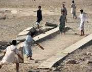 لاڑکانہ: نوجوان سینٹرل جیل روڈ کے قریب کرکٹ کھیل رہے ہیں۔