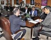 اسلام آباد: وفاقی وزیر برائے لاء اینڈ جسٹس محمد فروغ نسیم سے Northamptonیونیورسٹی ..