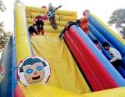 بہاولپور: صادق پارک میں بچے جمپنگ سلائیڈ سے لطف اندوز ہو رہے ہیں۔