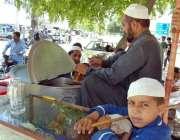 اسلام آباد: محنت کش سڑک کنارے شکر کا شربت فروخت کے لیے سٹال لگائے بیٹھا ..