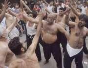 لاہور:8ویں محرم الحرام کے مرکزی جلوس میں عزادار ماتم کر رہے ہیں۔