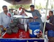 حیدر آباد: شہری گرمی کی شدت کم کرنے کے لیے ریڑھی بان سے شربت پی رہے ہیں۔