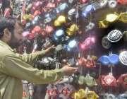 لاہور: ایک شہری اپنی موٹر سائیکل پر لگانے کے لئے ہارن خرید رہاہے۔