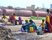 حیدر آباد: خانہ بدوش خواتین ریلوے اسٹیشن کے قریب کپڑے دھو رہی ہیں۔