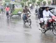 لاہور: شہر میں ہونیوالی بارش کے دوران ٹریفک رواں دواں ہے۔