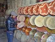 کوئٹہ: شہری ہاتھ سے بنی اشیاء خرید رہا ہے۔