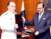 اسلام آباد: صدر مملکت ممنون حسین کو خصوصی تحفہ پیش کیا جارہا ہے۔