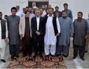 کراچی: گورنر سندھ محمد زبیر کے ہمراہ گڈز کیریئر ایسوسی ایشن کے صدر نور ..
