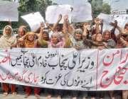 لاہور: فیصل آباد کی رہائشی خواتین انصاف نہ ملنے پر پولیس کے خلاف احتجاج ..